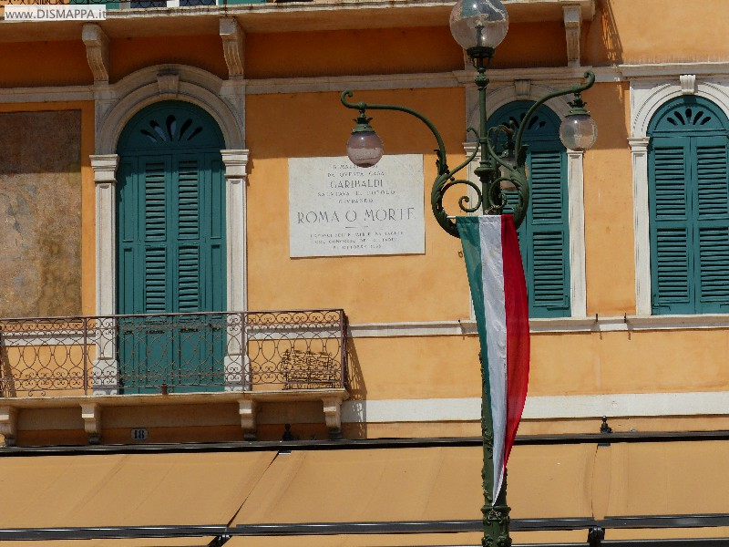 Stendardo bandiera italiana e targa di Garibaldi sul Liston