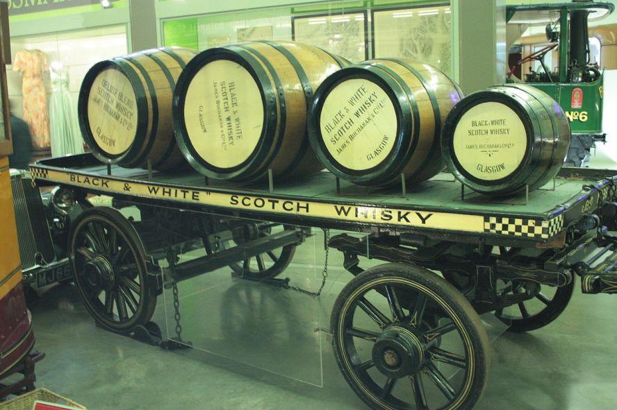 Fässer mit Black & White Scotch Whisky im Riverside Museum Glasgow