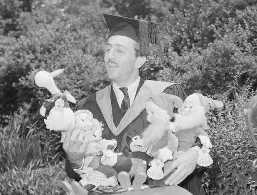 Walt Disney nimmt in Begleitung von Donald Duck, drei Zwergen und zwei Mäusen seinen Harvard-Ehrentitel an. © Disney