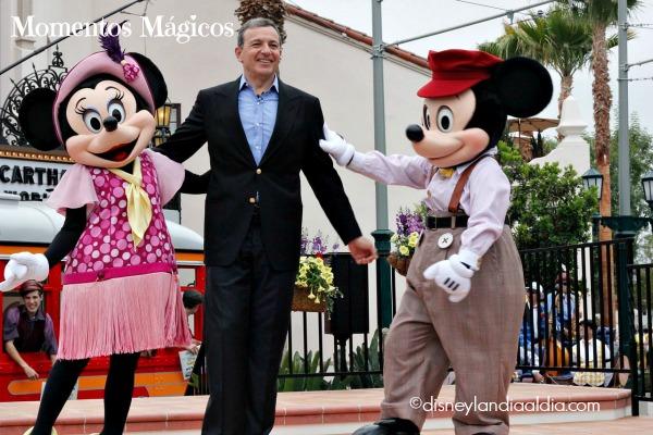 Robert Iger con Minnie y Mickey Mouse - old.disneylandiaaldia.com