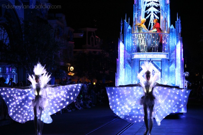 "Carroza de Anna y Elsa en el desfile ""Paint the Night"" - old.disneylandiaaldia.com"