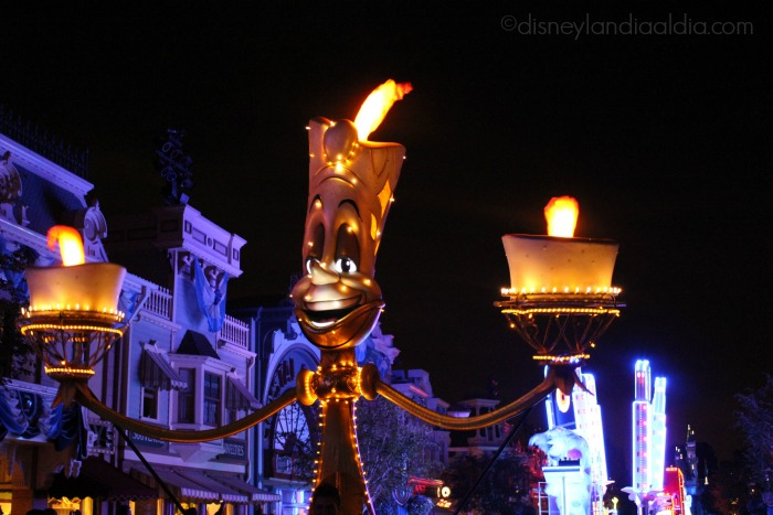 "Lumiere en el desfile ""Paint the Night"" - old.disneylandiaaldia.com"