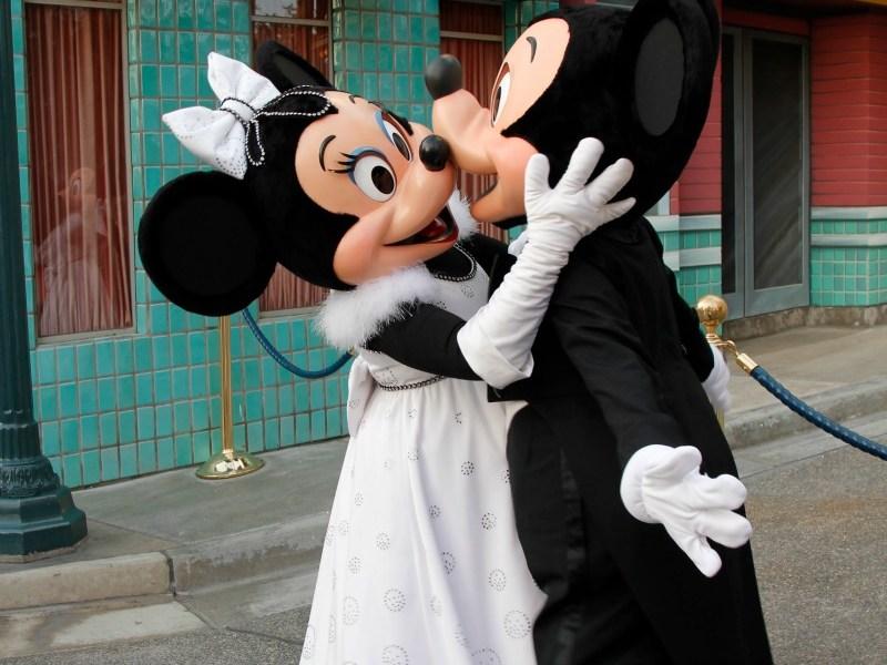 Mickey y Minnie dándose un beso en Disneylandia - disneylandiaaldia.com