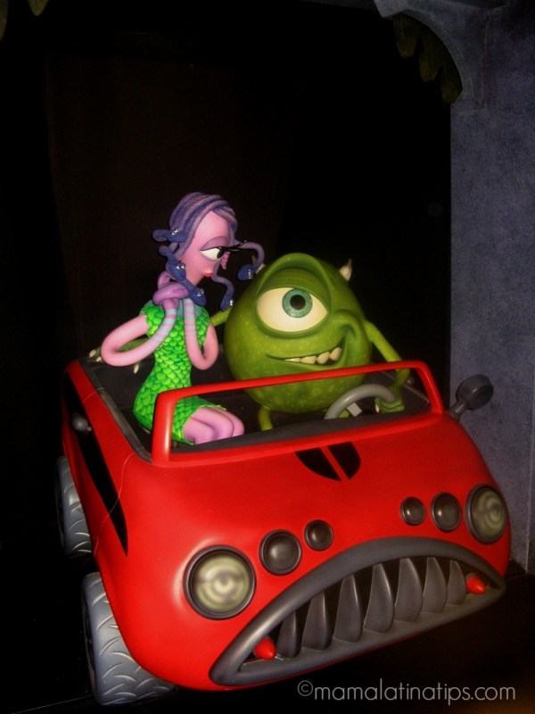 Mike Wazowski y Celia Mae en Disneylandia - disneylandiaaldia.com