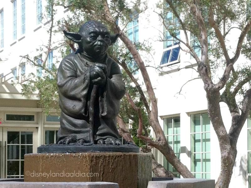 Fuente de Yoda a la entrada de LucasFilm - disneylandiaaldia.com