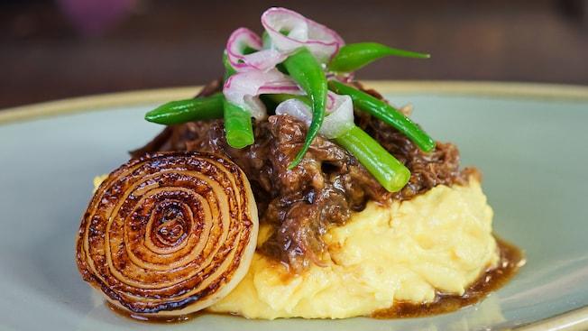 Carne de res asada con polenta cremosa, ejotes y ensalada de cebolla morada y cebolla Cipollini
