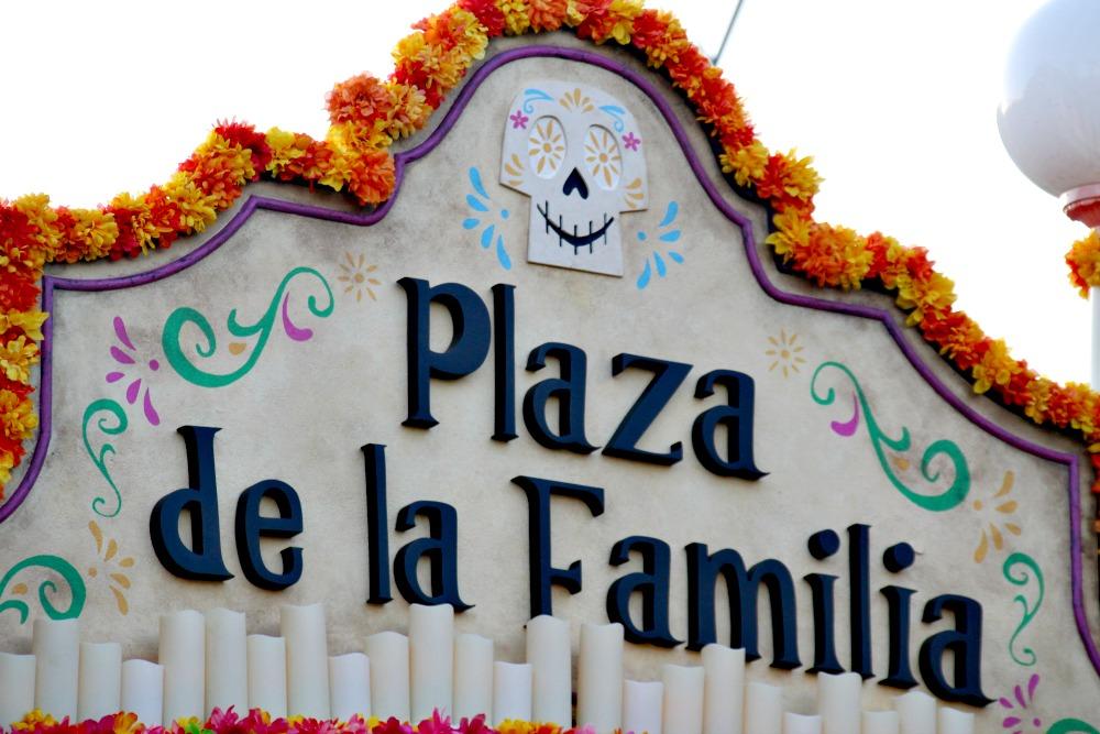 coco-y-plaza-de-la-familia-en-disney-california-adventure