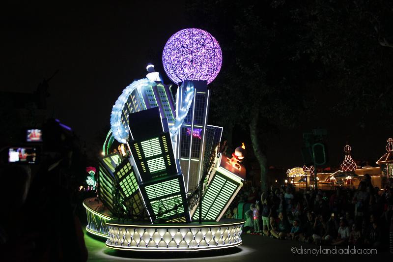 Vista posterior de la carroza de los Increíbles en el desfile Pain the Night