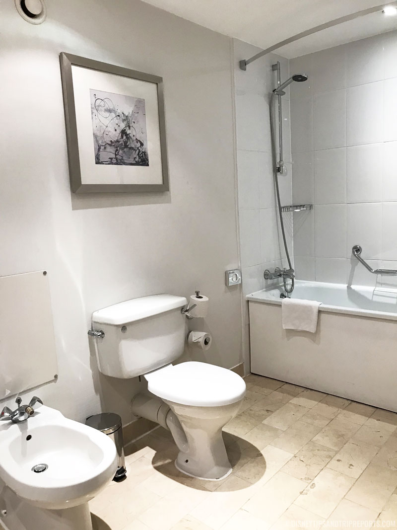 Hilton London Gatwick Airport Hotel - Triple Guest Room Bathroom