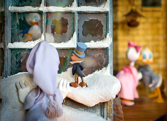 disney-mickey-christmas-carol-window-past-bricker