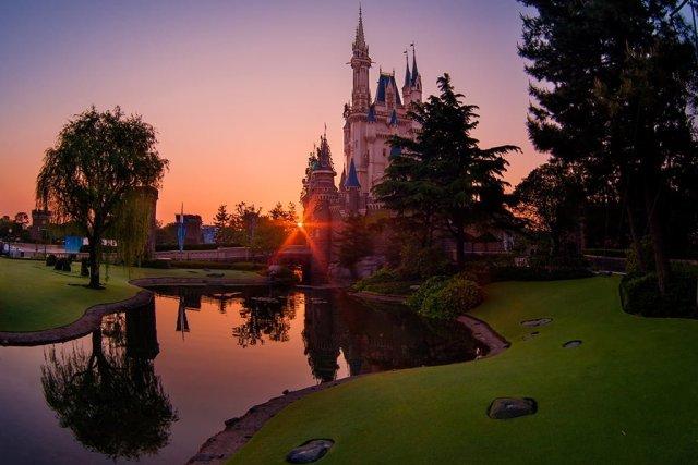 tokyo-disneyland-cinderella-castle-sunrise