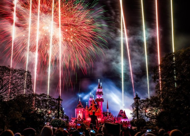 believe-holiday-magic-fireworks-disneyland-2