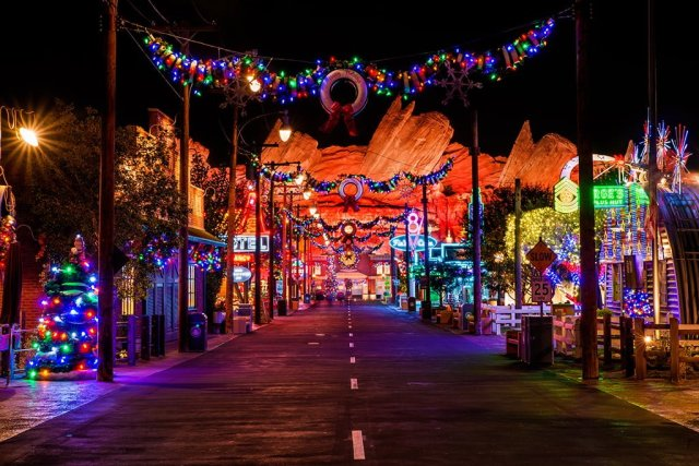 cars-land-christmas-street