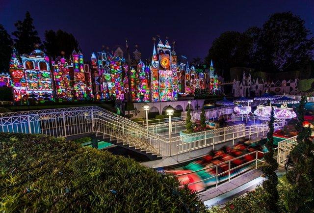 its-a-small-world-holiday-christmas-clock-show-disneyland