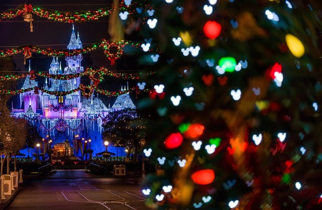 mickey-bokeh-disneyland-christmas-sleeping-beauty-castle
