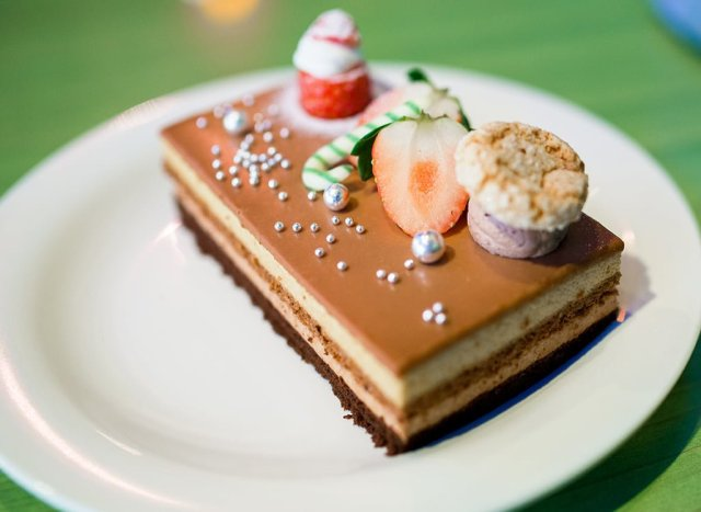 queen-of-hearts-banquet-hall-christmas-cake