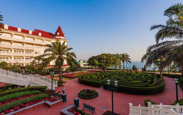 hong-kong-disneyland-hotel-maze-2