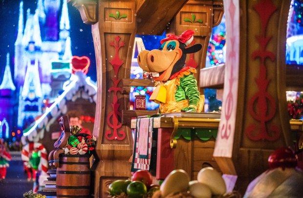 clarabelle-cow-christmas-parade