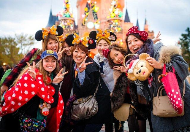 sarah-bricker-japanese-guests-tokyo-disneyland copy