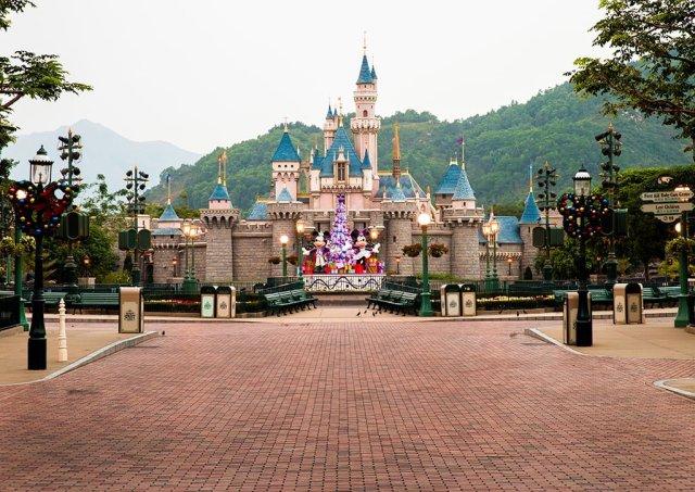 hong-kong-disneyland-castle-mountains