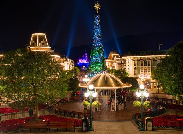 hong-kong-disneyland-main-street-christmas
