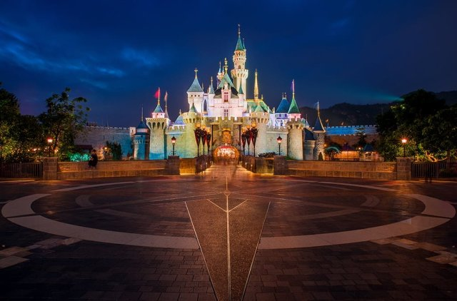 sleeping-beauty-castle-hong-kong-disneyland-night