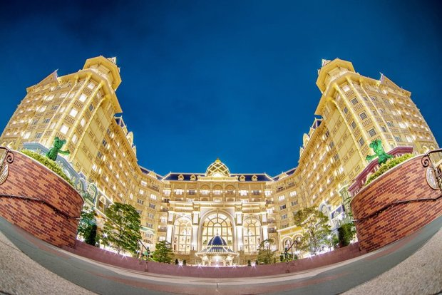 disneyland-hotel-night-fisheye