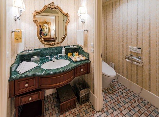 tokyo-disneyland-hotel-bathroom-toilet