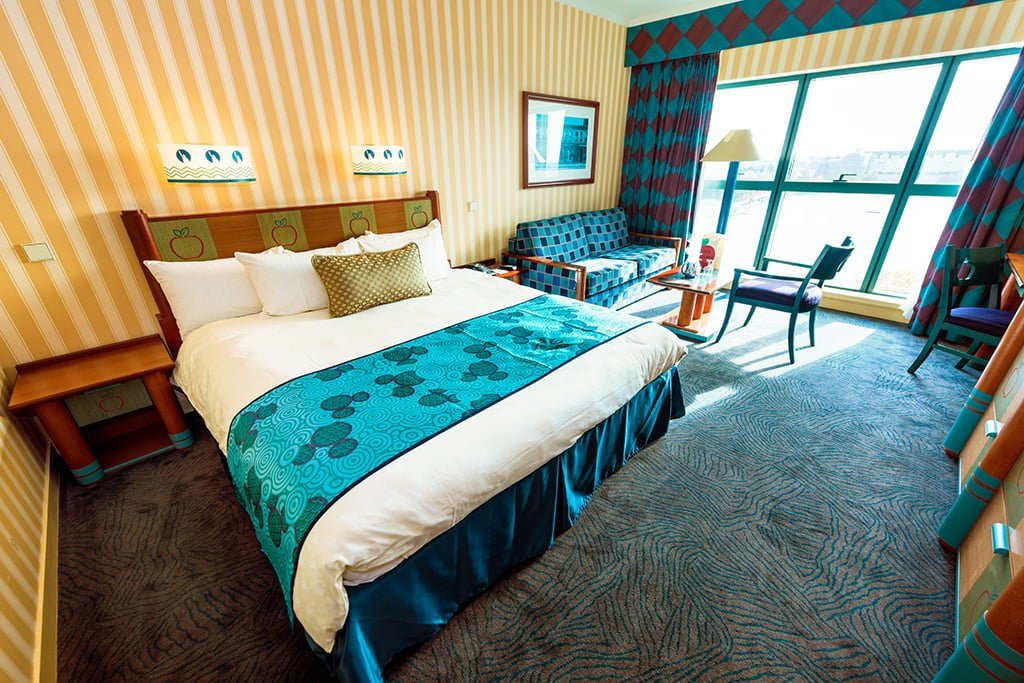 Disney's Hotel New York **** Bed-table-window-hotel-new-york-disneyland-paris