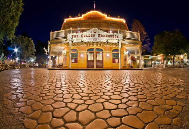 golden-horseshoe-disneyland-night