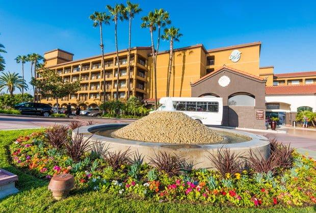 hotel-menage-disneyland-good-neighbor-hotel-exterior
