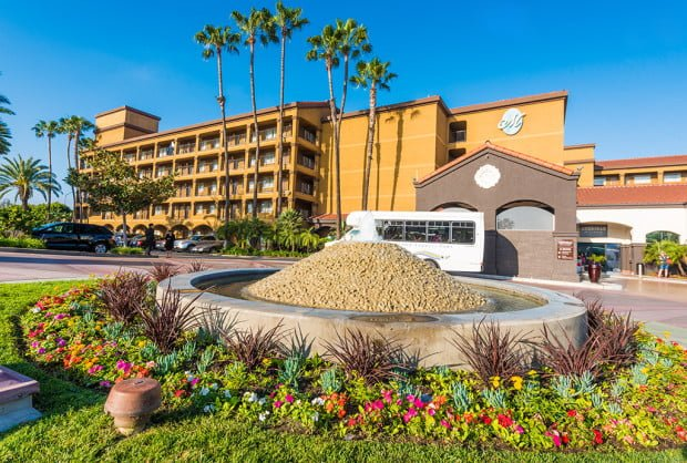 hotel-menage-disneyland-good-neighbor-hotel-exterior