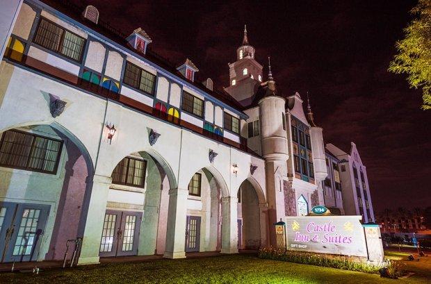 castle-inn-suites-night-disneyland-anaheim-hotel