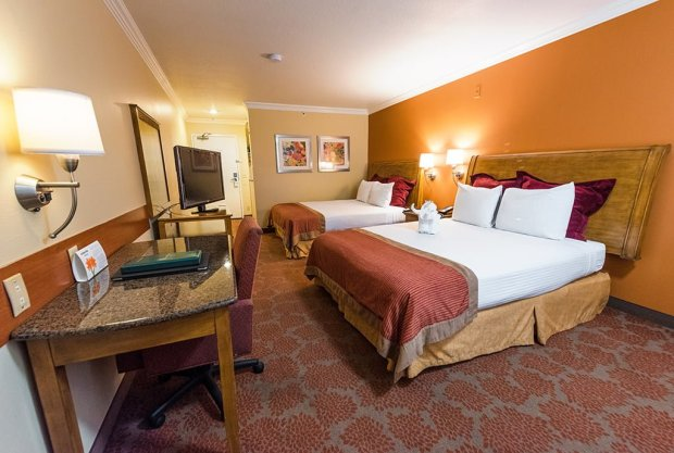 desert-plams-hotel-suites-desk-beds