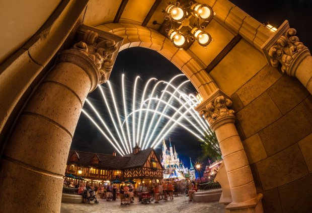 fan-fireworks-magic-kingdom-new-fantasyland-arch