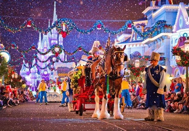 donald-duck-carriage-christmas-parade