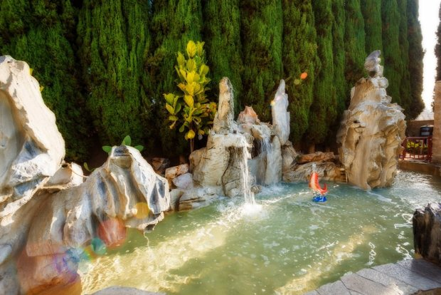 ramada-plaza-disneyland-fountain