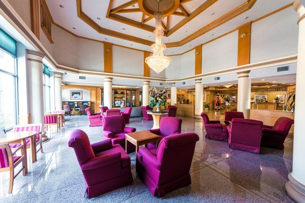 ramada-plaza-disneyland-walking-distance-lobby