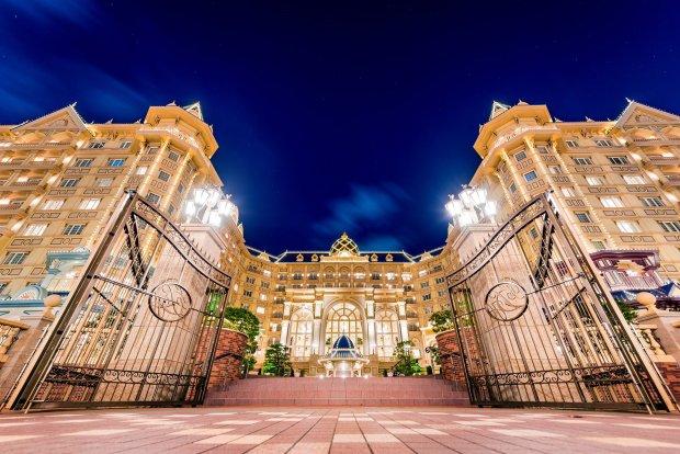tokyo-disneyland-hotel-gates-night-tdr
