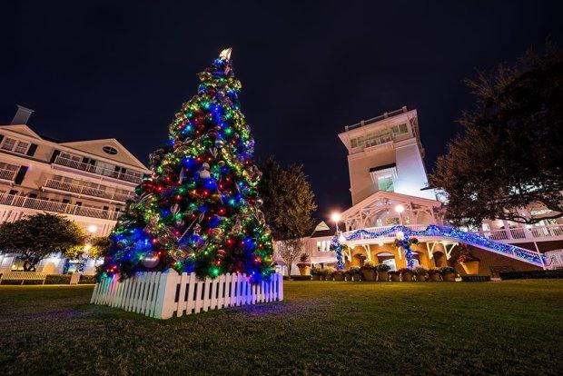 boardwalk-inn-christmas-tree-night-walt-disney-world