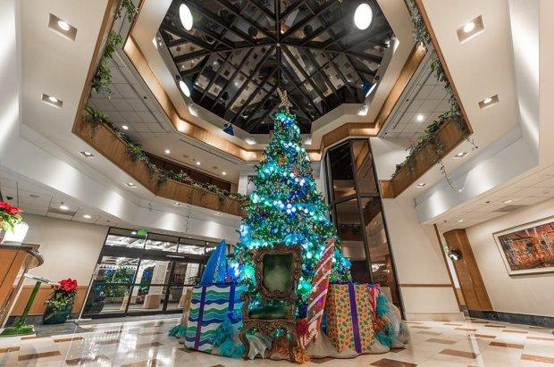 disneyland-hotels-christmas-decorations-024