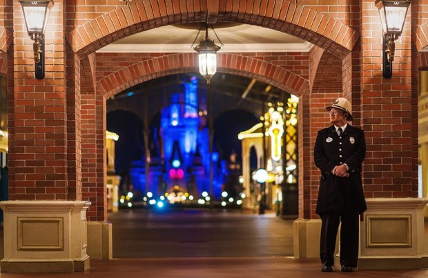 security-guard-end-night-world-bazaar-tokyo-disneyland
