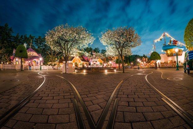toontown-trolley-tracks-wide-night-tokyo-disneyland