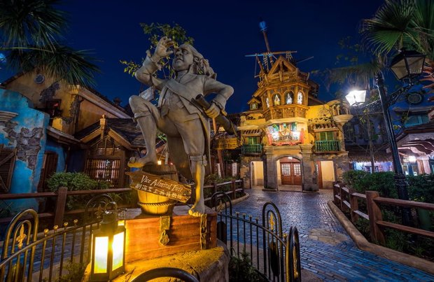 barbossas-bounty-statue-entrance-night-shanghai-disneyland