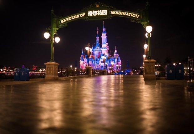 shanghai-disneyland-grand-opening-enchanted-storybook-castle-gardens-017