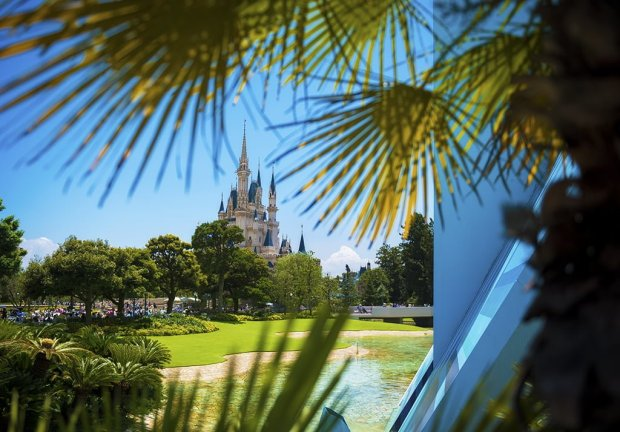 tomorrowland-palms-cinderella-castle-tokyo-disneyland