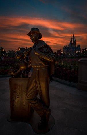 storytellers-statue-mickey-walt-disney-sunset-shanghai-disneyland_1