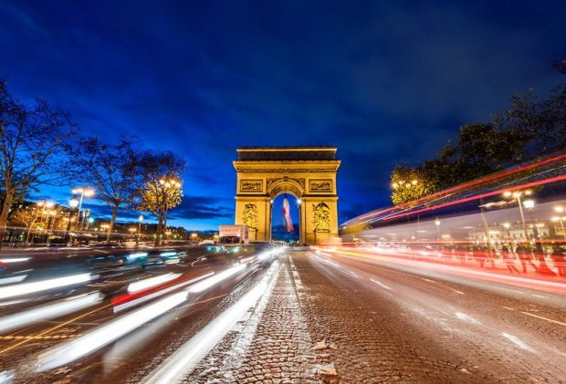 arc-de-triomphe-night-streaking-traffic-bricker-L1