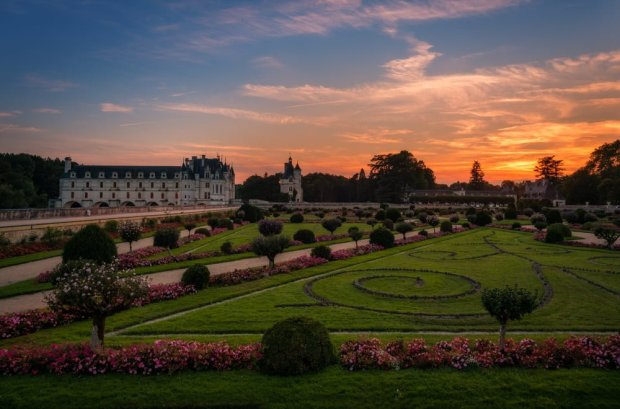 colorful-sunset-château-de-chenonceau-loire-valley-france-bricker