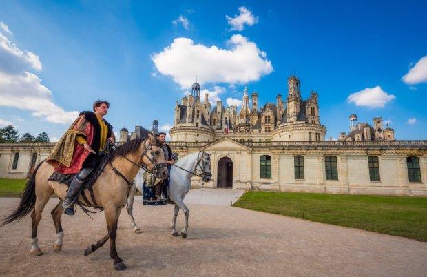 horses-château-de-chambord-loire-valley-france